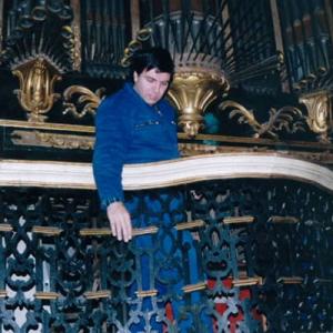 Pedro Guimarães, organeiro, na desmontagem e restauro do órgão de Dornes