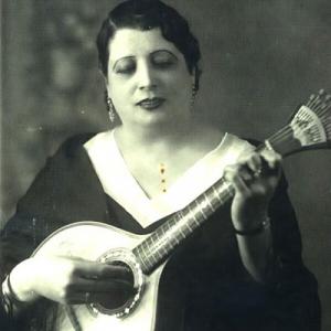 "Maria do Carmo ""Alta"", cantora, de Moura"