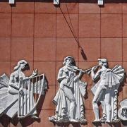 Baixos-relevos do escultor Aureliano Lima na frontaria do Teatro Alves Coelho, em Arganil