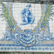 Tocador de flauta, em azulejo colorido, Viseu