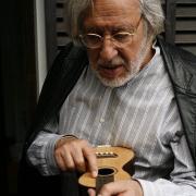 Manuel Morais, tangedor e musicólogo, com machete oitocentista