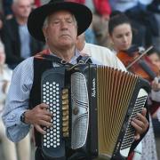 Tocando acordeão de botões, tocata do Rancho Folclórico de Boelhe